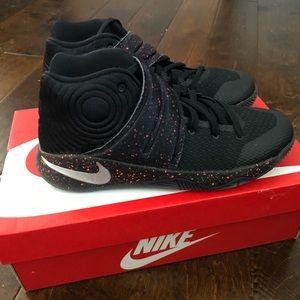 Nike Kyrie 2. Boys size 6.5. Black with crimson.